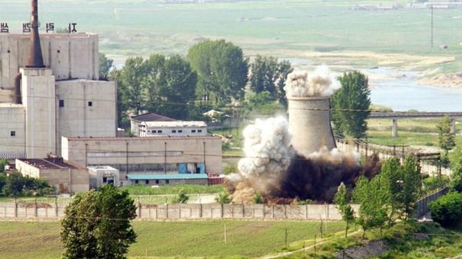 Một tháp làm lạnh của lò phản ứng hạt nhân Yongbyon tại Triều Tiên - Ảnh: Reuters