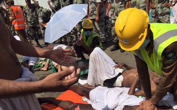 Các thành viên lực lượng phòng vệ dân sự Saudi Arabia sơ cứu nạn nhân bị giẫm đạp - Ảnh: Reuters