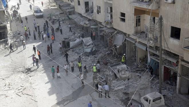 Cảnh đổ nát sau một trận không kích của quân đội chính phủ Syria nhằm vào phiến quân tại thành phố Ariha, tỉnh Idlib. (Nguồn: Reuters/TTXVN)