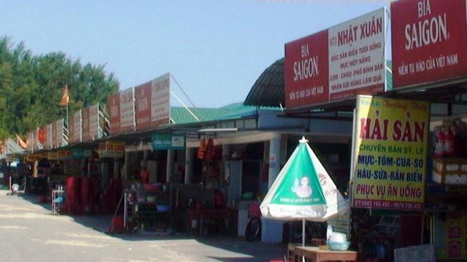 Hầu như các nhà hàng ở khu du lịch Thiên Cầm đều treo biển báo in hình bia Sài Gòn