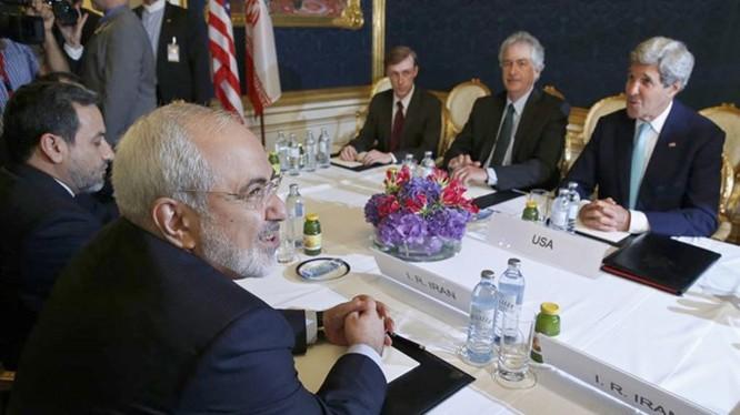Ngoại trưởng Iran, Mohammad Javad Zarif (trái) gặp Ngoại trưởng Mỹ John Kerry (phải) ngày 13.7.2014 ở Vienna, Áo - Ảnh: Reuters