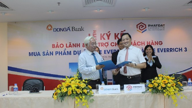 Cựu TGĐ Dong A Bank Trần Phương Bình và Tổng giám đốc PDR Nguyễn Văn Đạt tại kí kết bão lãnh và tài trợ khách hàng mua nhà dự án The Ever Rich 2 và 3