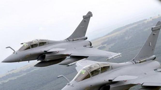 Hai chiến đấu cơ Rafale của quân đội Pháp tham dự buổi lễ duyệt binh tại khu vực ngoại ô Paris hồi tháng 7.2014 - Ảnh: AFP
