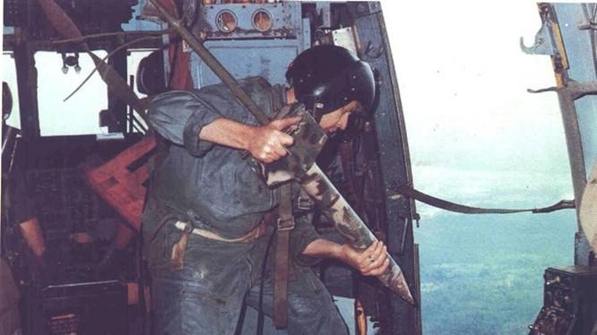 Thả cảm biến loại cắm sâu trong lòng đất từ trực thăng xuống rừng núi Trường Sơn - Ảnh: Không lực Mỹ