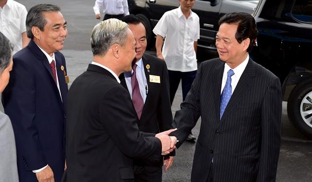 Các đồng chí trong Ban Thường vụ Tỉnh ủy Đồng Nai chào đón Thủ tướng Nguyễn Tấn Dũng. Ảnh: VGP/Nhật Bắc