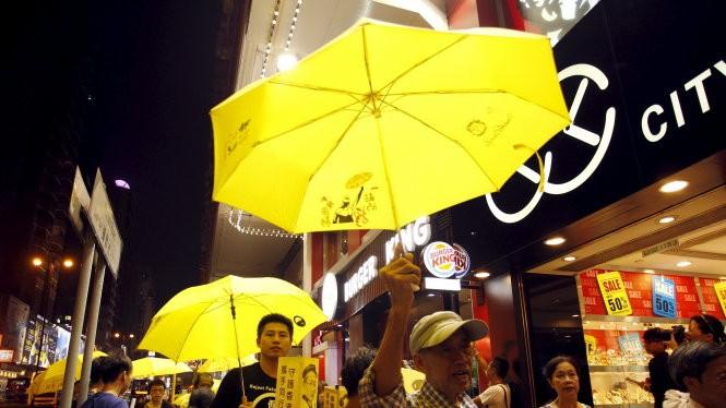Những chiếc ô vàng biểu tượng của cuộc biểu tình vì phổ thông đầu phiếu lại xuất hiện ở Hong Kong nhân dịp kỷ niệm một năm biểu tình - Ảnh: Reuters