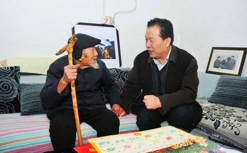 Ông Quách Bá Quân (bên phải) là em trai Thượng tướng Quách Bá Hùng, người đang bị điều tra tội danh tham nhũng.