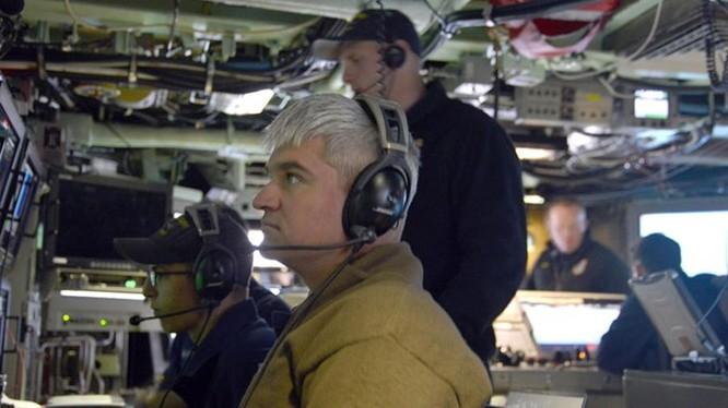 Sĩ quan điều khiển chuẩn bị cho tàu ngầm Mississippi lặn, ở ngoài khơi Hawaii tháng 8.2015 - Ảnh: L.A.Times