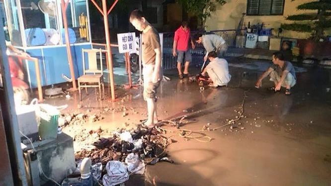 Từ đêm qua, các công nhân đã nỗ lực lắp đặt đường ống nước từ nhà máy dự trữ nước về Bệnh viện Phụ sản Hà Nội
