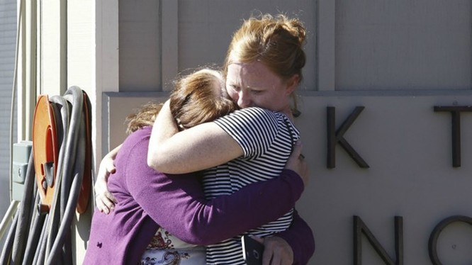 Những người có mặt tại trường Umpqua bàng hoàng sau vụ xả súng ngày 1.10 - Ảnh: Reuters