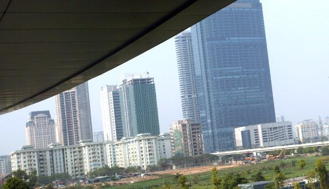 Các dự án bất động sản cao cấp trên đường Phạm Hùng, Hà Nội. Ảnh: KỲ ANH