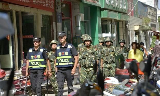 Cảnh sát Trung Quốc tuần tra khu tự trị Tân Cương.