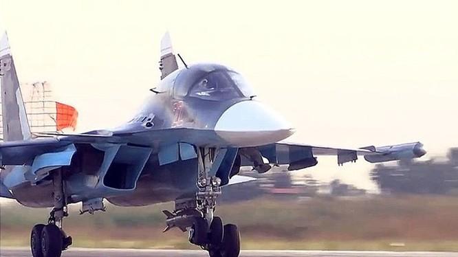 Chiếc Su-34 số hiệu 22 quay về sân bay Hmaymeen, Latakia, Syria ngày 1.10 do trục trặc hệ thống điều khiển dẫn đường vệ tinh với loại bom công phá KAB-500S - Ảnh chụp clip