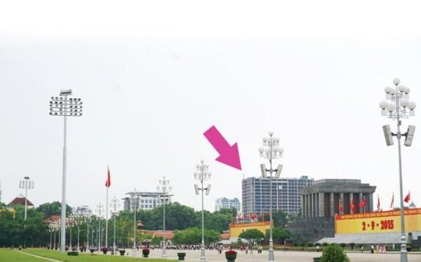 """Hình ảnh của tòa nhà """"pháo đài"""" cao tới 19 tầng nằm ngay cạnh khuôn viên Lăng Bác gây bức xúc trong dự luận."""