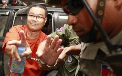 Thượng nghị sĩ Hong Sok Hour tươi tỉnh đến tòa án - Ảnh: EPA