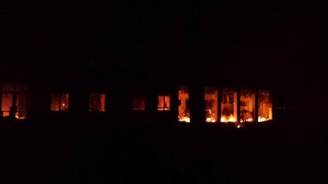 Lửa cháy ở bệnh viện của Tổ chức Bác sĩ không biên giới tại Kunduz, Afghanistan, sau vụ không kích - Ảnh: NBC