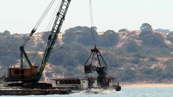 Một chiếc xáng cạp hoạt động trong lòng đầm Thủy Triều (vịnh Cam Ranh). Ảnh: Tuổi trẻ
