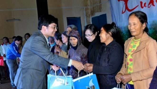Ông Trần Ngọc Nguyên trong một lần trao quà cho người nghèo ở huyện Bình Sơn