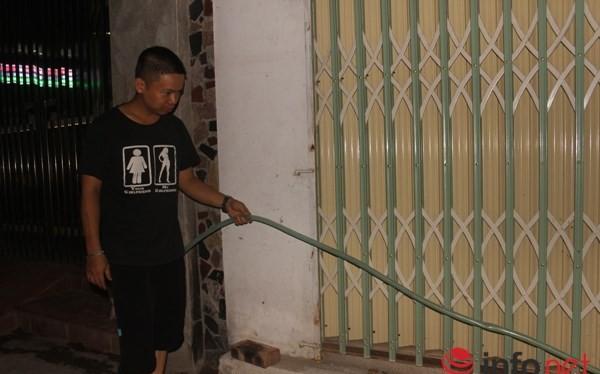 Các đường ống được mắc nối loằng ngoằng từ nhà này sang nhà khác