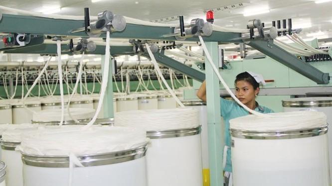 Theo ông Đặng Triệu Hoà, Chủ tịch HĐQT kiêm Tổng giám đốc Công ty cổ phần Sợi Thế Kỷ, giá thành sản xuất sợi tại Việt Nam khá cạnh tranh so với Mỹ và Malaysia nên TPP sẽ là điều tốt cho các doanh nghiệp sợi, dệt may. Ảnh TL
