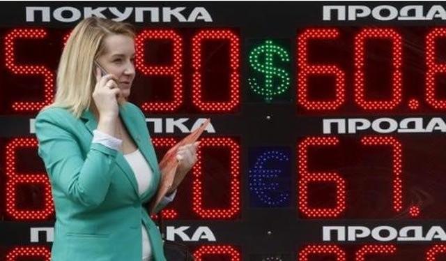 Bảng hiển thị tỷ giá đô la Mỹ so với đồng rúp trên đường phố thủ đô Moscow, Nga. Ảnh: Reuters