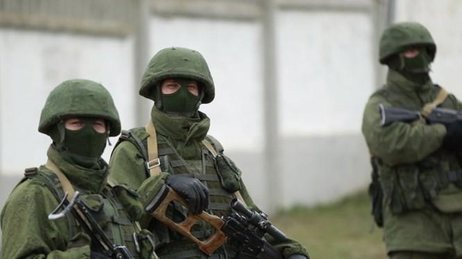 Binh lính mặc quân phục không phù hiệu, được cho là lính Nga, xuất hiện ở miền đông Ukraine hồi năm 2014 - Ảnh: Reuters