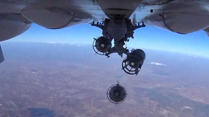 Bom từ dưới cánh Su-24M thả xuống vị trí quân IS - Nguồn: Bộ Quốc phòng Nga