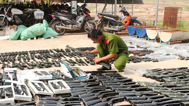 Công an tiến hành kiểm đếm số súng bị thu giữ - Ảnh: B.S.