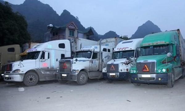 Xe chở hàng hóa chờ xuất khẩu tại Trung Quốc...