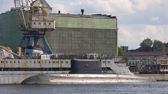 Tàu ngầm Kilo trước vùng nước của Nhà máy Admiralty ở St. Petersburg, Nga - Ảnh: Nhà máy