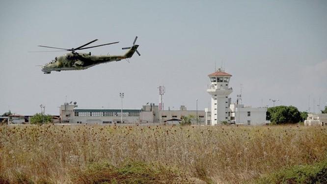 Trực thăng Mi-24 Cá sấu đang bay tuần tra bảo vệ căn cứ - Ảnh: RIA