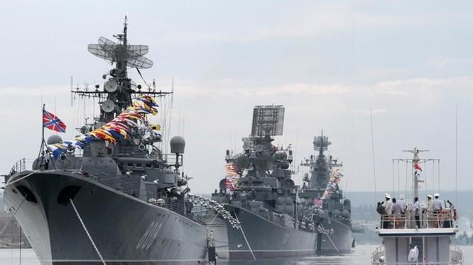 Vành đai thép giúp Nga đối đầu với các nước NATO. Trong ảnh là tàu chiến của Nga tại quân cảng Sevastopol, Crimea - Ảnh: Reuters
