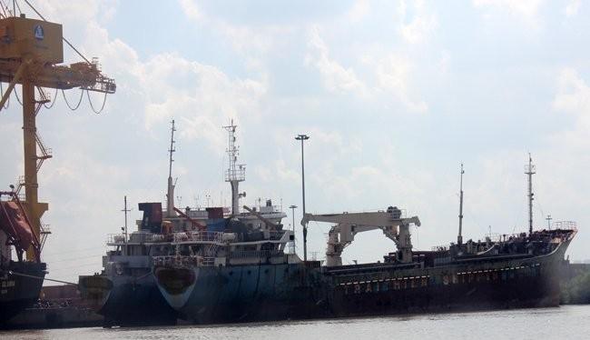 Ngành phá dỡ tàu đã qua sử dụng dù tạo ra công ăn việc làm nhưng ảnh hưởng đến môi trường là không nhỏ. Trong ảnh một số tàu cũ không còn sử dụng được neo đậu dọc sông Sài Gòn - Ảnh: Anh Quân