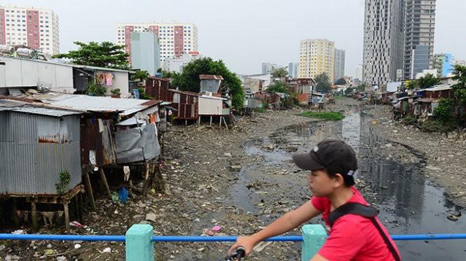Nhiều nhà dân xây dựng lấn chiếm rạch Cầu Bông, Q.Bình Thạnh, TP.HCM làm thu hẹp lòng rạch và hạn chế khả năng thoát nước của tuyến rạch (ảnh chụp trưa 5-10) - Ảnh: Quang Định