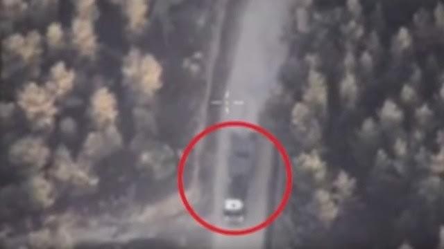 Hình ảnh cho thấy xe tải chở vũ khí của IS từ căn cứ đến khu vực người dân đang sinh sống - Ảnh: cắt từ clip