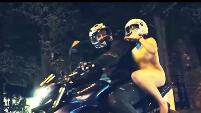 Cảnh táo tợn này diễn ra vào ban đêm trên đường phố Rostov-on-Don - Ảnh: YouTube