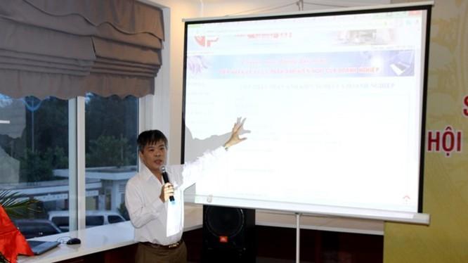 Ông Lê Châu Long trình bày cách sử dụng đường dây nóng cho doanh nghiệp