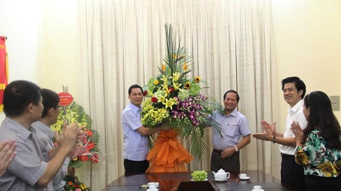 Thay mặt lãnh đạo Bộ TT&TT, Thứ trưởng Trương Minh Tuấn trao lẵng hoa chúc mừng Cục Xuất bản, In và Phát hành nhân kỷ niệm 63 năm thành lập ngành (10/10/1952 - 10/10/2015)
