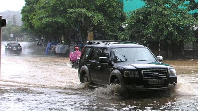 Đường Nguyễn Huệ gần cửa khẩu Quốc tế Lào Cai ngập trong nước sáng 11- 10 - Ảnh: Phạm Ngọc Triển