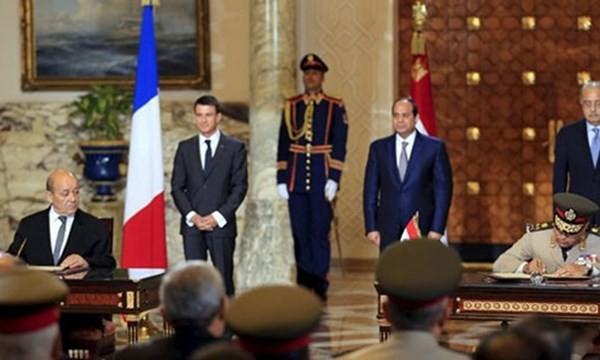 Lễ ký hợp đồng chính thức về việc chuyển giao 2 tàu đổ bộ chở trực thăng lớp Mistral của Pháp cho Ai Cập, tại Dinh Tổng thống Ai Cập ở Cairo ngày 10.10 - Ảnh: Reuters