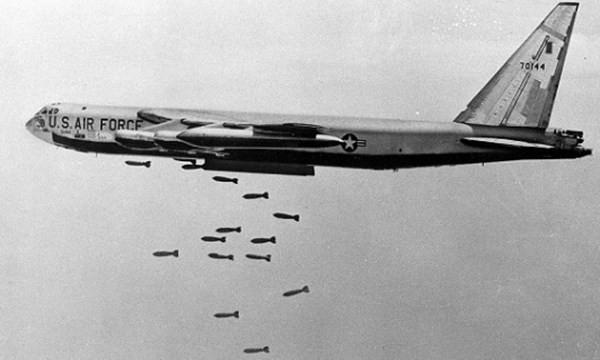 Máy bay B-52 của Mỹ đang ném bom Việt Nam