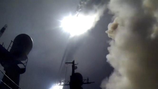 Tàu chiến Nga phóng tên lửa hành trình từ biển Caspian vào Syria - Ảnh: AFP
