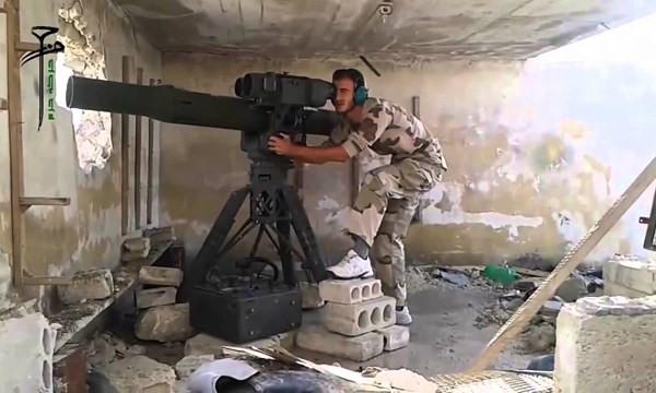 Một binh sĩ nổi dậy Syria dùng TOW của Mỹ tấn công xe tăng Syria