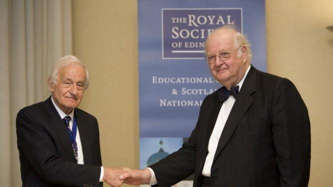 Giáo sư Angus Deaton (phải) vừa đoạt giải Nobel kinh tế 2015 - Ảnh: tumblr.com