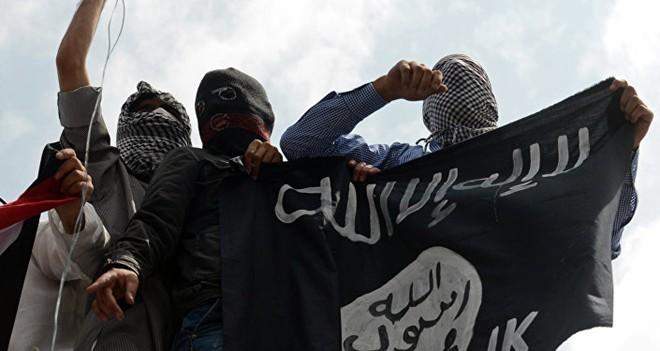 Các phần tử IS bên cạnh cờ của tổ chức Hồi giáo cực đoan. Ảnh: AFP