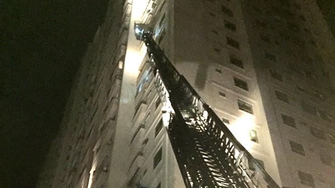 Cảnh sát PCCC sử dụng xe thang để cứu người trong vụ cháy tòa nhà CT4, khu đô thị Xa La - Ảnh: M.Quang