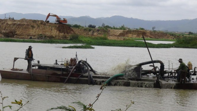 Phó thủ tướng Nguyễn Xuân Phúc thị sát nạn khai thác cát trái phép