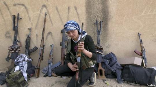 Một nữ chiến binh YPG kiểm tra vũ khí gần khu vực Ras al-Ain, tỉnh Hassakeh. Ảnh: Reuters