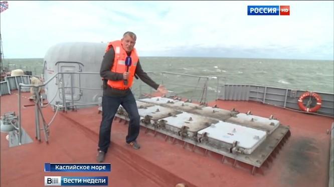 Nắp của 7 ống phóng tên lửa Klub nám khói, trừ 1 ống chưa phóng, trên tàu Dagestan - Ảnh chụp từ clip Đài truyền hình Nước Nga