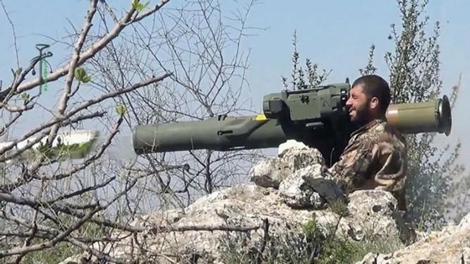 Ảnh từ clip của quân nổi dậy Syria về tên lửa TOW đang được lực lượng này sử dụng để chống quân chính phủ Syria